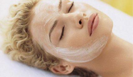 Простая и дешевая маска из подручного средства поможет продлить молодость!