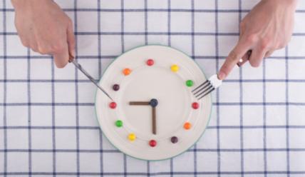 Перенос обеда на час раньше поможет вам похудеть!