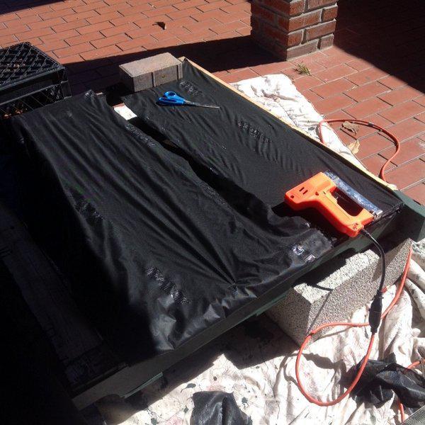 При помощи степлера зашиваем заднюю часть, и донышки лотков гидроизоляционной тканью